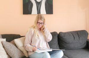 ilana lees een boek , struggles over waar je je druk om maakt